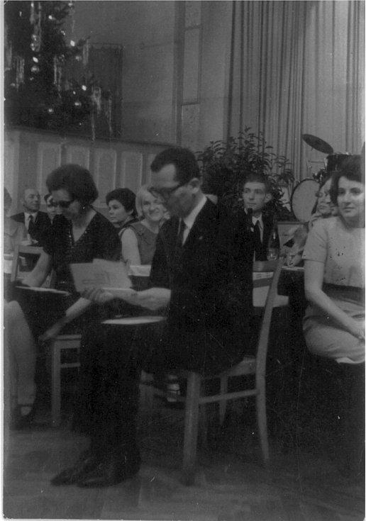 Dr. Josef Chrastil jako člen poroty při hodnocení soutěže společenských tanců na mezinárodní soutěži v Drážďanech v tehdejší NDR.