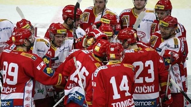 RADOST! Hokejisté Slavie porazili v derby Spartu 4:3 po nájezdech.