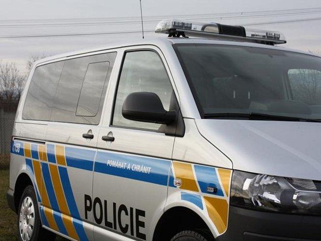 Nové automobily dostali policisté ve středních Čechách. Celkem jde o jedenáct dodávek v policejních barvách.