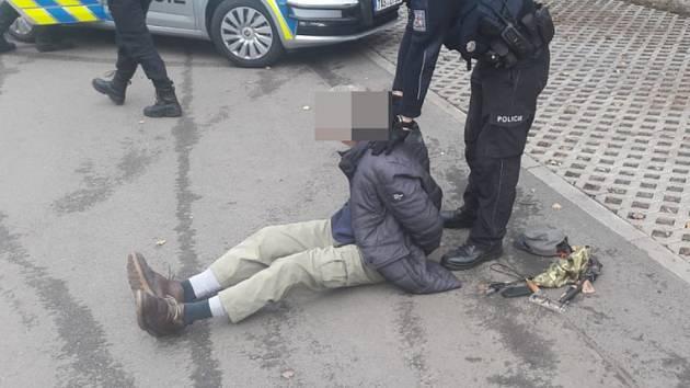 Zadržený podezřelý muž.