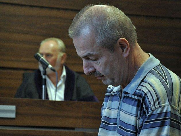 Dvanáctiletý trest uložil ve středu odpoledne Městský soud v Praze za vraždu 59letému Jiřímu Velebovi z pražských Petrovic. Ten přiznává, že 21. března 2011 zastřelil během noční hádky osvojeného nevlastního syna, s nímž měl dlouhodobě problémy