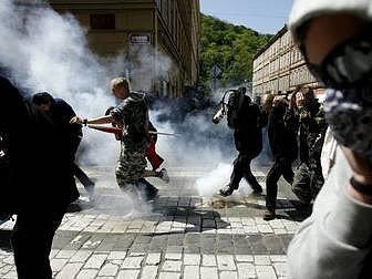DVA ZPŮSOBY 1. MÁJE. Pražská policie zasáhla proti anarchistům, kteří se včerau mostu Legií snažili zabránit v průvodu příznivcům ultrapravice k americké ambasádě.  Policie vytlačila anarchisty od mostu pomocí dělbuchů na Újezd a pak i na vrch Petřín.