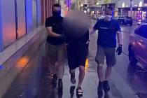 Policie dopadla cizince, který brutálně oloupil ženu.