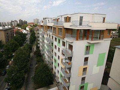ZDAJÍ SE VÁM DOMY PŘÍLIŠ DRAHÉ? Kupovat je nemusíte. (Na snímku domy ulici Pod lipami.)