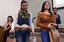 Čtyři desítky autorů literárních, výtvarných i audiovizuálních děl převzaly 9. prosince v prostorách Amerického centra v Praze ocenění 19. ročníku soutěže Romano suno (Romský sen).