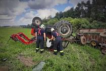 Nedaleko Olešky u Prahy se 27. července 2020 dopoledne převrátil traktor s vlekem, při nehodě zemřeli dva lidé.