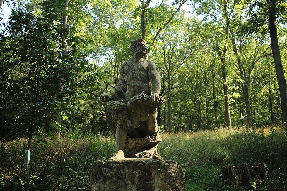 Park nabízí dostatek míst k posezení, altány a také sochy. Jupitera nebo také Dia naleznete naproti Čínskému pavilonu.