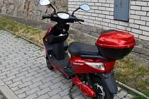 Opilá žena na elektrickém skútru nabourala v Praze do dvou zaparkovaných aut.