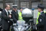 Předání policejních aut pro Prahu.