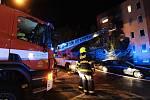 Během požáru bytu v pražských Stodůlkách hasiči zachránili 11 dospělých osob, 4 děti a 2 psy, škoda je několik milionů.