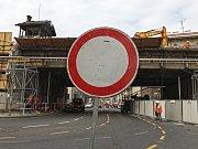 Bourání mostu přes Křižíkovu ulici na Negrelliho viaduktu.