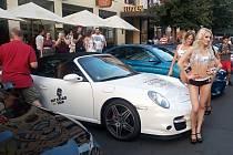 Praha (18. 7. 2017) – Sportovní auta, pózující slečny – a samozřejmě obdivovatelé i fanynky jedněch i druhých. Nic z toho nechybělo v úterý večer dolní části Václavského náměstí, kam se sjeli účastníci akce HIT Road trip 2017 – Evropa.