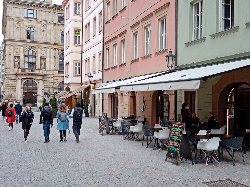 Restaurační zahrádky kolem stanice metra Můstek byly ve dnech po jejich znovuotevření poloprázdné a místy zcela prázdné.