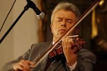 Organizátor festivalu houslový virtuos Jaroslav Svěcený.
