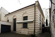 Synagoga v městské části Holešovice-Bubny byla postavena po roce 1894 v novorománském slohu. Bohoslužby se zde konaly do druhé světové války, poté byla využita jako skladiště.
