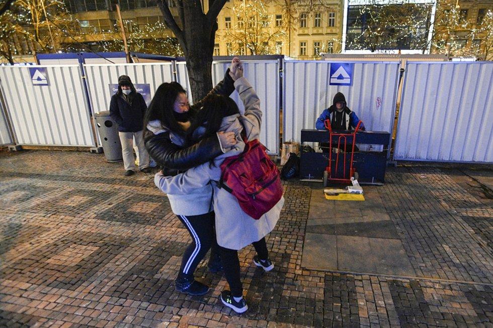 Dvojice tančí 31. prosince 2020 na Václavském náměstí.