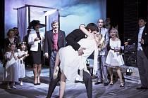 Divadlo V Dlouhé vysílá online derniéru shakespearovy hry Mnoho povyku pro nic.