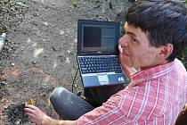 Radioaktivita, kterou ve středu večer odhalil 29letý Pavel Bykov, který se zajímá o radiaci a atomovou energii, a proto měl na ruce hodinky s funkcí dozimetru i ve chvíli, kdy se s manželkou a dítětem vypravil na hřiště, je pryč.