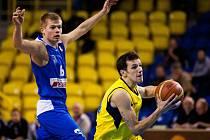 Basketbalisté USK Praha (v modrém) prohráli v Opavě o patnáct bodů.