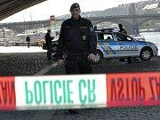 Kriminalisté na místě činu. Tělo 48letého muže leželo v odstaveném vagonu.