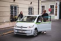 Firma GreenGo nabízí své sdílené elektromobily i v Praze.