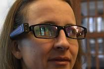 Nevidomá klavíristka a zpěvačka Ráchel Skleničková převzala 4. února 2020 v Praze od izraelského velvyslance Daniela Merona asistenční pomůcku pro nevidomé. Zařízení OrCam MyEye 2 za pomoci umělé inteligence v reálném čase přeměňuje vizuální informace v h