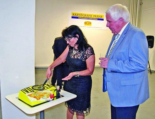Narozeninový dort rozkrojila ředitelka Kartografie Praha Milada Svobodová a ředitel VÚGTK Karel Raděj. Díky společné minulosti obou podniků se rozhodli oslavit výročí dohromady.