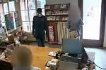 Pražští policisté pátrají po neznámém muži, který se zbraní v ruce přepadl lékárnu v Libni.
