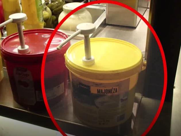 Kbelík s majonézou.