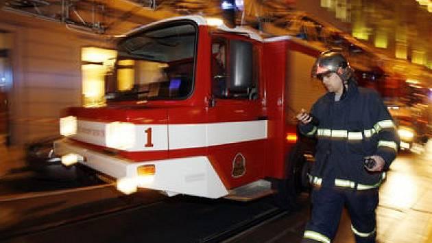 HOŘÍCÍ PALLADIUM. Hasiči museli dopravit techniku po svých, což celý zásah prodloužilo. A důvod? Pražští hasiči postrádají speciální vozy, které by se dostaly do podzemních garáží.