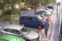 Policie hledá muže, který okradl seniorku v jejím bytě.