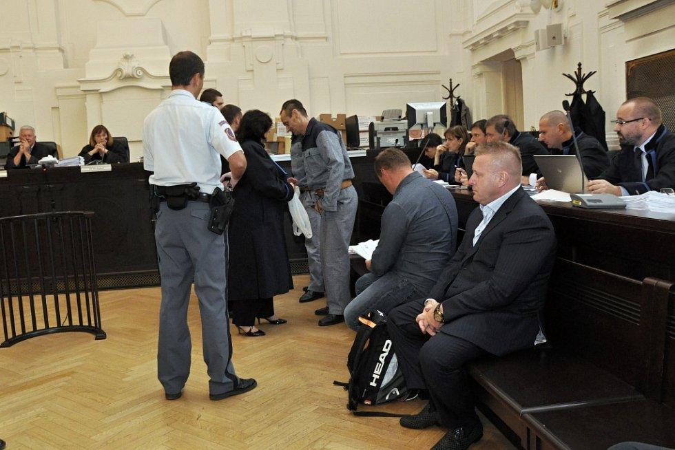 K závěrečným řečem dospěla u Městského soudu v Praze kauza uprchlého podnikatele Radovana Krejčíře a další desítky spoluobžalovaných - údajná snaha tunelovat státní podnik Čepro a příprava vraždy celníka, který měla vynést další stamiliony.