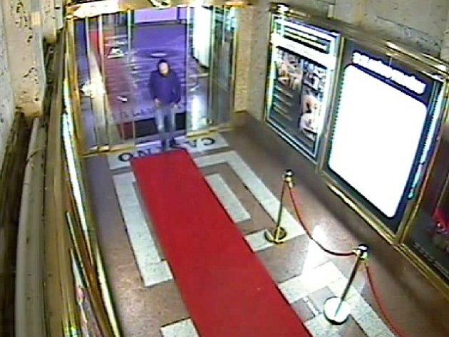 Statisíce korun si odnesl lupič, který s nožem v ruce přepadl kasino na Václavském náměstí v Praze.