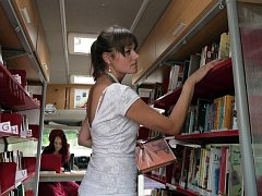 Letní čítárna v Central parku v Praze 13 v podobě malé pojízdné knihovny - bibliobusu jménem Oskar.