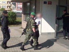 Podezřelého, který už má trestní minulost násilného charakteru, policisté zadrželi a obvinili z loupeže.