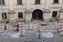 TSK po kritice veřejnosti i radnice Prahy 2 dláždí chodník v Resslově ulici.