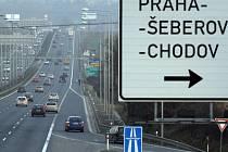 PŘÍŠTÍ ODBOČKA - VESTEC. Takzvaná Vestecká spojka má spojit dálnici D1 s pražským okruhem. Místní o ní tvrdí, že má sloužit pouze jako přípojka k plánované nákupní zóně, která vyroste mezi Šeberovem a Průhonicemi.