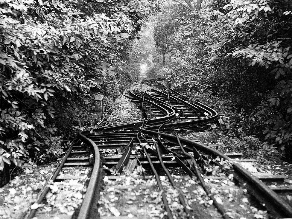 Zdeformované kolejiště v roce 1967 po dalších velkých deštích a sesuvech. Smyslem nynější opravy je předejít podobné havárii.