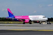Letadlo Wizz Airu v Praze.