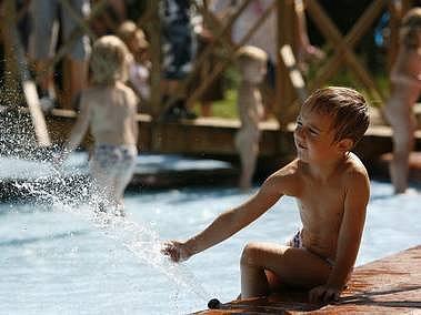 JEZÍRKO V PRAŽSKÉ ZOO. Děti ho v horkém počasí využily k dovádění.