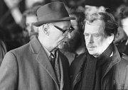 Přes půl miliónu lidí se sešlo 26. listopadu na pražské Letenské pláni, aby podpořilo  Občanské fórum. Na fotografii (zleva) Alexander Dubček a Václav Havel v rozhovoru během manifestace.
