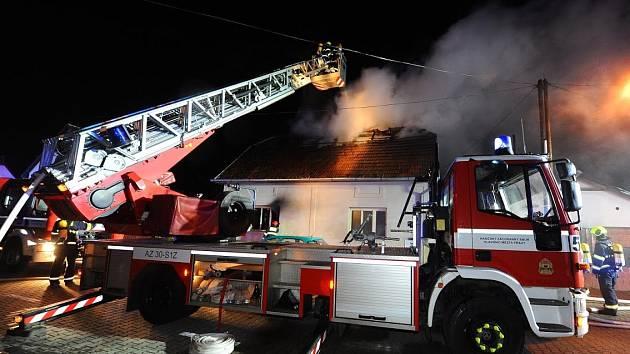 Hasiči zasahovali u požáru rodinného domu v Dolních Měcholupech.