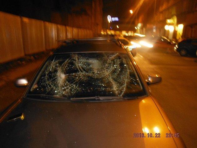 Auto s rozbitým čelním sklem.