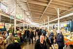 Hala 22 v Pražské tržnici v Holešovicích umožní v době koronavirové epidemie prodej u vstupů, tedy přes výdejní okénko.