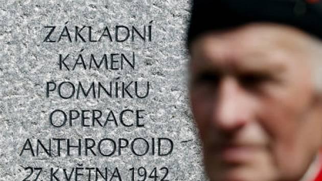 KONEČNĚ. Šedesát pět let čekalo místo atentátu na zastupujícího říšského protektora na důstojný pomník. Zatím je tu základní kámen, pomník vyroste za rok.