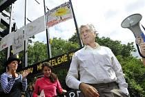 Protestní happening proti stavbě reklamního bigboardu v památkové zóně Buďánka v Praze 5 uspořádali 14. července 2011 okolní obyvatelé. Zúčastnil se i režisér Jiří Menzel.