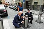 Slavnostní prezentace nového zařízení se zúčastnili místostarosta Prahy 1 Richard Bureš, primátorka Adriana Krnáčová a náměstek pražské policie Petr Matějček.