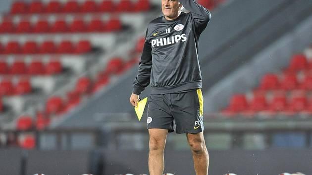 JAK NA SPARTU? Trenér holandského mužstva Fred Rutten si se svými svěřenci už včera ozkoušel letenský pažit.