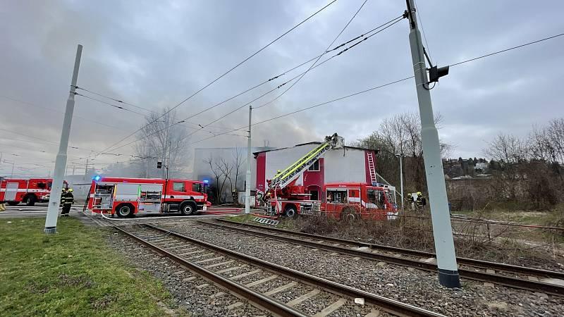 Pražští hasiči likvidovali požár haly u Nádraží Braník.