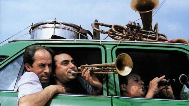 RUMUNŠTÍ VIRTUOSOVÉ. Temperamentní kapela Fanfare Ciocarlia přiveze dávku balkánské dechovky 14. ledna do pražského paláce Akropolis.